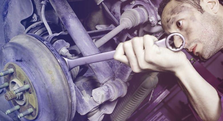 mecánico arreglando motor por gestion de flotas